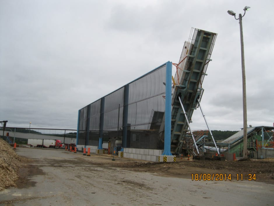 Wind fencing - A wind fence for a truck dump